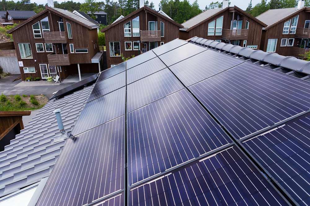 Solceller som dekker store deler av takflatene